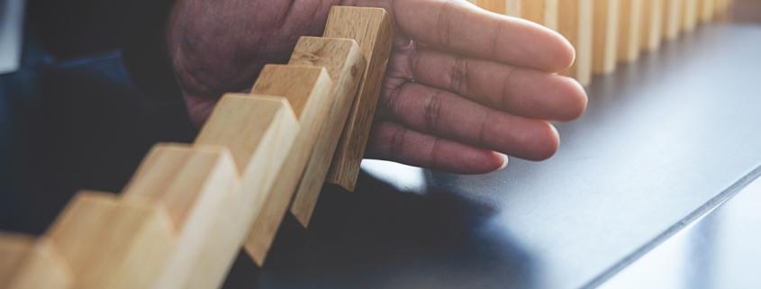 در این مقاله به تعریف مدیریت ریسک، حاکمیت شرکتی و راهبری شرکتی خواهیم پرداخت و نحوه تعامل هر کدام با یکدیگر را تشریح خواهیم کرد. در ادامه به بررسی انواع ریک های سازمانی و نحوه مدیریت ریسک خواهیم پرداخت و ریسک های سازمانی را تقسیم بندی خواهیم کرد؛ همچنین توضیح خواهیم داد که چطور با ابزارهای مدیریت ریسک میتوانیم ریسکهای کسب و کار را کنترل کنیم و در اجرا نحوه مدیریت ریسک در شرکتهای مالی و بیمه ها را بررسی میکنیم.