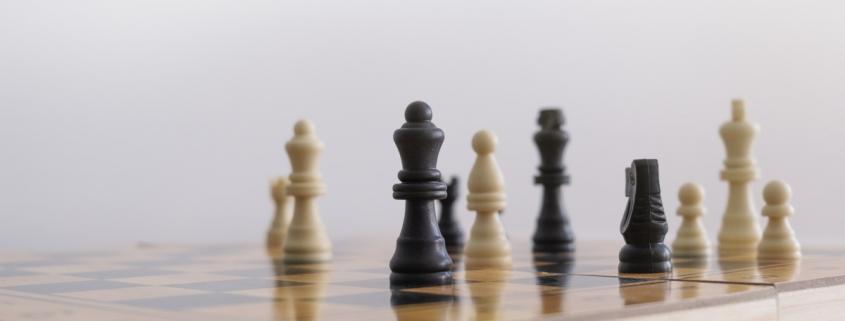 علاوه بر تشریح استراتژی های عمومی کسب و کار برخی از چالش های مشخص مرتبط با پیاده سازی استراتژی های رهبری هزینه در بازارها یا صنایع نامتمایز (نفت، مس، طلا، گندم، و مانند آن) ارائه خواهند شد. این مبحث بر منافع فراوانی تاکید خواهد کرد که شرکت ها می توانند در صورت متمایز ساختن موفقیت آمیز محصولات یا خدمات خود از آنها بهره مند شوند. در همان حال، از دشواری ها و چالش های پیاده سازی اثربخش استراتژی های متمایز سازی اشاره خواهد کرد.