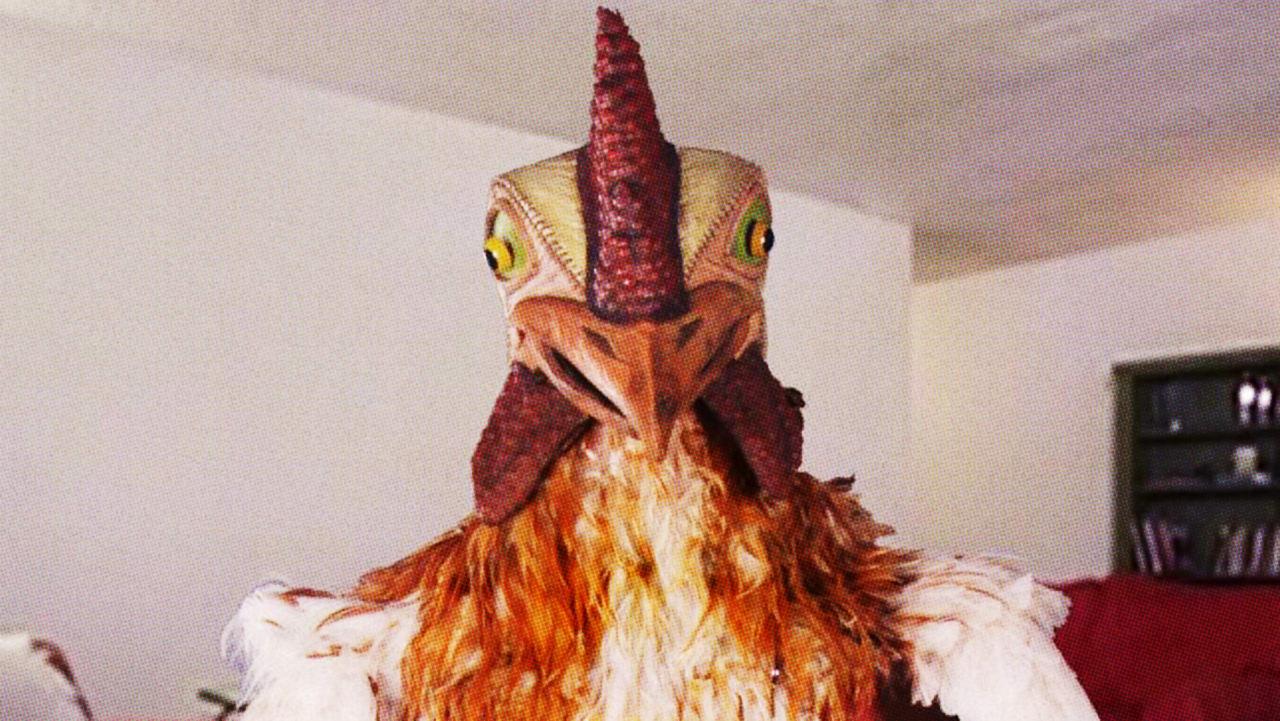 برگر کینگ (Burger King) برای تبلیغ ساندویچ جدید خود که بر پایه گوشت مرغ بود، تصمیم گرفت تا از استراتژی بازاریابی ویروسی استفاده نماید، به همین منظور وب سایت خود را راه اندازی کرد که به کاربران امکان می داد تا به فردی که با لباس مرغ در یک اتاق بود، دستور بدهند که چه کاری انجام دهد،